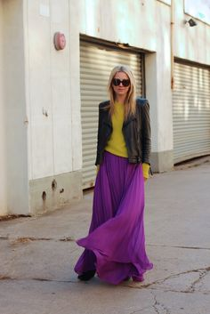 Winter lenghts: Purple skirt: Alice + Olivia, yellow sweater: Equipment, boots by Rag and Bone. Leather jacket: Zara. Vest: GAP. Sunglasses: Karen Walker. Ring: Sorrelli c/o.  Gonna viola lunga e plissettata, golfino giallo e giacca in pelle nera