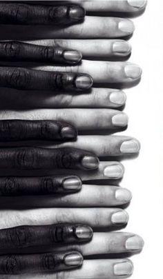Dit is een verticale compositie doordat alle vingers onder elkaar liggen een kant op