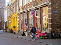 Zwolle, De Sassenstraat, een kleurrijk geheel met hippe winkels als Stef Stuff en Kunst&Klieder