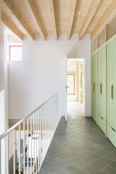Het is een renovatie die jaren weghapt uit je leven. Architecte Machteld D'Hollander en haar collega woning Langkous in gent van Caroline Lambrechts en Machteld D'Hollander Plywood Interior, Arch Interior, Interior Stairs, Interior Architecture, Stairs And Doors, Toronto Houses, Exposed Rafters, Loft House, Tiny House