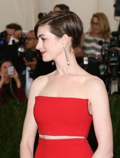 Anne Hathaway in red at the MET Gala 2014 Anne Hathaway, Hollywood, Celebs, Celebrities, Great Hair, Woman Face, Celebrity Crush, Gossip, Candid