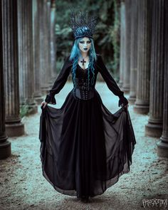 Blue queen with cold gothic heart  You can follow the link for more details #strega #bluequeen #witch #bluehair #gothic #gothicgirl Queen Aesthetic, Gothic Aesthetic, Witch Aesthetic, Modern Goth, Medieval, Goth Model, Dark Queen, Goth Look, Gothic Outfits