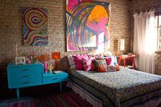 quarto casal com parede de tijolinhos