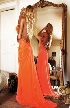 Gorgeous dress. Love the low back ♥