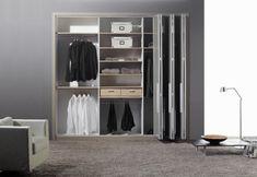 portes de placard pliantes, un mur gris et un tapis beige Armoire, Style Minimaliste, Interior Design, Closet, Furniture, Home Decor, Grey Bedroom Colors, Beige Carpet, Grey Feature Wall