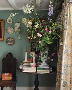 English Interior, English Country Decor, Shabby, Red Rooms, Cottage Interiors, Tiny House Living, Decorating Blogs, Home Decor Styles, Wall Colors