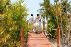 Captura esos momentos mágicos y diviértete en un romántico Trash the Dress ideal para tu boda en playa por Bodas Huatulco