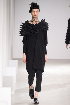 See the complete Junya Watanabe Fall 2015 Ready-to-Wear collection. fashion ready to wear Junya Watanabe Fall 2015 Ready-to-Wear Fashion Show fashion collection Fashion Shows 2015, Fashion Week, Runway Fashion, Fashion Art, Fashion Design, Vogue Fashion, Origami Fashion, Moda Origami, Junya Watanabe