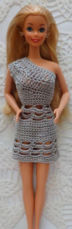 Este es el penultimo vestido que hago a mis munecas. Solo falta una para vestir. Luego de esto no hare mas vestidos y no posteare mas fotos de trajecitos de Barbie tejido.  A menos que alguien interese saber como se hacen y pida un paso a paso en fotos.