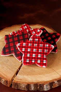Using stencils to create designs like these plaid cookies is very simple. You only have to make one color of icing. Creating pattersn has never been easier. Fancy Cookies, Iced Cookies, Cute Cookies, Cupcake Cookies, Cookies Et Biscuits, Cupcakes, Cookie Desserts, Yummy Cookies, Christmas Cookies Gift