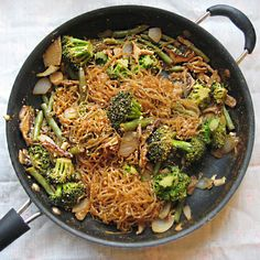 Lo Mein - Lightened Up with Kelp Noodles! This looks amazing and it is a low calorie, vegetarian and gluten free.