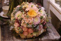 Púdrová vintage svadobná kytica z miniruží, georginií a drobných kvetov