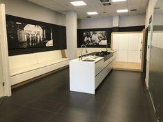 En ella, disponemos de una cocina completamente funcional en la que celebramos talleres de cocina para aprender y disfrutar degustando nuevas recetas y sabores. Kitchen In, Divider, Bathtub, Bathroom, Furniture, Home Decor, Kitchen Sinks, Vanity Tops, Minimalism