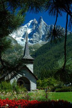 La chapelle des Praz à Chamonix, Alps, France Great Places, Places To See, Beautiful World, Beautiful Places, Magic Places, Chamonix Mont Blanc, Family Vacation Spots, French Alps, Kirchen