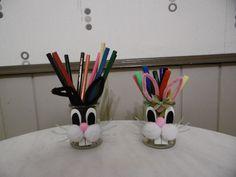 Un petit pot de yaourt en verre déguisé en lapin