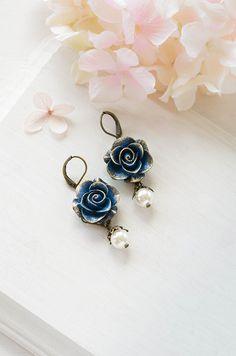 Hey, ho trovato questa fantastica inserzione di Etsy su https://www.etsy.com/it/listing/101960392/navy-blue-flower-dangle-earrings-gold