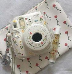 Immense Dslr Photography Tips Reading - Polaroid - Foto Polaroid Camera Case, Polaroid Foto, Camera Art, Camera Hacks, Camera Tips, Slr Camera, Fujifilm Instax Mini, Instax Mini Camera, Polaroid Instax