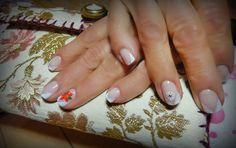 manicure,smalto semipermanente e nail art con colori acrilici.