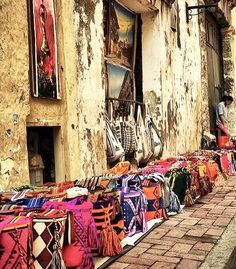 The Wayuu community, indigenous people living in the Guajira peninsula, are the creators of the colors and patterns embodied in our textiles.