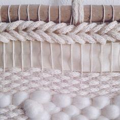 Tissage fait main / Juffie / Hand Woven Wall Hanging / Weaving / Handwoven Tapestry  Détails ☁️ #detail #tapestryweaving #tapestrywallhanging #woolweaving #wallhanging #tapestery #vsco #frameloom #handmade #fibreart #wallart #textileart #woolyarn #wool #wood #driftwood #etsy #juffie #leshopjuffie