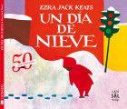 """""""Un día en la nieve"""" de Ezra Jack Keats. Una mañana de invierno, Peter se despertó y miró a través de la ventana. Durante la noche había nevado. Hasta donde le alcanzaba la vista, la nieve lo cubría todo».   Sale a la calle para ver a los niños grandes jugar a tirarse bolas. Descubre los surcos que dejan sus pies y lo divertido que resulta hacer ángeles moviendo sus brazos contra una montaña de nieve. Peter aprenderá cuántas aventuras se pueden disfrutar en… un día de nieve. DE 3 A 5…"""