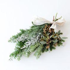 こちらは以前、フラワースタイリストのsocuka(ソクカ)さんから教わったクリスマス飾り。 好みのグリーンを束ねたてそのまま壁に吊るすだけという、とてもシンプルな「スワッグ」です。 大人っぽい色合いにドキドキしてしまいます ・ #北欧暮らしの道具店#花#お花#ザ花部#花のある暮らし#花のある生活#朝#あさ#朝時間#スワッグ#モミの木の枝#ユーカリポポラス#コニファー ブルーアイス#コチア#ユーカリトレリアーナ#ヒムロスギ#アカシア ブルーブッシュ