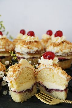 Wer kennt ihn nicht, den klassischen #FrankfurterKranz . Dieser Moment, wenn fluffiger Rührkuchen mit #Buttercreme, Johannisbeergeele und Krokant auf der Zunge zergehen…mhmmm! Diese fluffigen Frankfurter Kranz #Cupcakes sind eine köstliche Abwandlung des Klassikers. #Annibackt Cupcakes, Muffins, Moment, Nom Nom, Cheesecake, Cookies, Baking, Mini, Desserts
