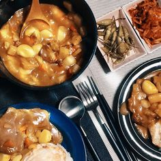 [오늘의 레시피]📃 목살 스테이크 카레 1. 목살에 기본 간을 하여 재워둔다. 2. 중불 이상으로 약간 바싹하게 굽는다. 3. 감자, 양파, 파프리카등 카레에 넣고 싶은 야채들을 넣고 익을 때까지 볶는다. 4. 물을 넣고 끓이다 카레가루와 통마늘을 넣는다. 5. 계란 후라이를 반숙하고 밥과 함께 접시에 담는다. 6. 맛있게 먹는다.  절임고추와 약간 익은 김치와 먹으면 더욱 맛나요~~ 오늘도 성공!! . .  #레시피그램 #snap #freekino #photo #메뉴 #목살스테이크카레 #jaju #alma #큐티폴고아 #cutipol #절임고추 #김치 #오늘의밥상 #디너 #신혼상차림 #레시피 #음식 #먹스타그램 #dinner