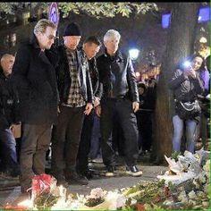 U2 devant le Bataclan en hommage aux victimes des attentats du 13 novembre 2015. Pray for Paris