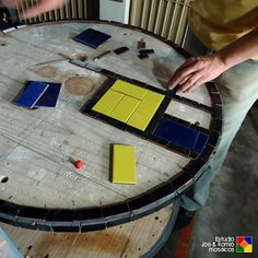 "Carretel em mosaico ""Mondrian Style"" Mondrian, Wire Spool, Drum Table, Mosaic Patterns, Poker Table, Ideas Para, Stained Glass, Woodworking, Crafts"