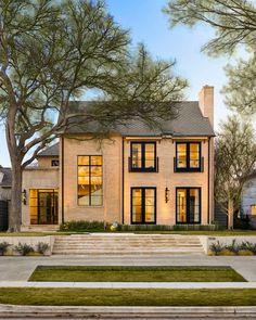 "386 Likes, 6 Comments - Robert Elliott Custom Homes (@robertelliotthomes) on Instagram: ""Sunny skies all day — #custombuilt #RECH #stunning #dallas || Architecture by @b.k._design_studio…"""