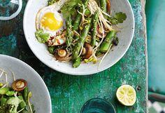 Wok mit Spargel, Pilzen und Ei