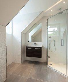 Eck-Duschkabine, weiße Wandfliesen und kleiner Wandschrank