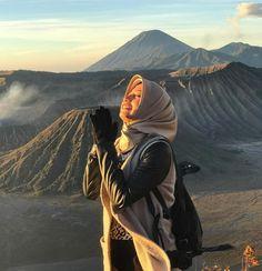Morning Good People.. How your morning starting? Hope you are having lovely time. . . Location : Gunung Bromo, Jawa Timur. Photo by : @peradyaprano . . #gunungbromo #tenggersemeru #explorenusantara #pesonaindonesia #wonderfulindonesia #tukangjalan #tukang_jalan #tour #travel #travelling #vacation #jalanjalanmen #indonesia #travelphotography #instagood #instadaily #fictoftheday #lifefolkindonesia #ayodolan #instagram Stylish Hijab, Casual Hijab Outfit, Ootd Hijab, Hijab Chic, New Travel, Travel Style, Travel Fashion, Mountain Style, Travel Clothes Women