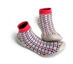 """Die Strickwaren des französischen Fashion-Labels Collégien werden seit vier Generationen in eigenen Werkstätten südwestlich von Toulouse hergestellt. Ein """"Home Sweet Home""""-Accessoire für Sie und Ihn sind die """"slipper socks""""."""