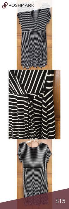 "Motherhood Maternity Black White Dress L Motherhood Maternity dress, sz L. 94% Rayon & 6% spandex so its super soft and Stretchy. Laying flat it measures approximately: shoulder to bottom 35"", armpit to armpit 19"", empire waist 16"". Nice overall condition and smoke-free home. Thanks! Motherhood Maternity Dresses"