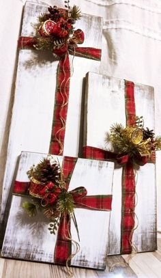 Rustic farmhouse wood Christmas presents - Weihnachten Dekoration Christmas Projects, Holiday Crafts, Christmas Wreaths, Christmas Ideas, Christmas Decorations For Outside, Christmas Front Porches, Diy Crafts For Christmas, Farmhouse Christmas Decor, Christmas Ornaments