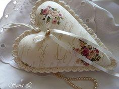 Romantické srdíčko ~ růže ....s láskou vyráběné, s láskou dotýkané Dekorační srdíčkoje ušité z bavlněné zahraniční látky a naplněné dutým vláknem se sušenou levandulí. Srdíčko zdobíručně háčkovaná krajka, háčkovaná šňůrka, saténová mašlička s růžičkou.Moc hezká dekorace nebo jako milý originální dárek či jehelníček. V podobném ...