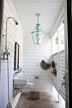 Outdoor shower to feel more roomie against our tiny house. Farmhouse Style, Two Ways Outdoor shower, pretty light. Love this outdoor shower. Outdoor Baths, Outdoor Bathrooms, Outdoor Rooms, Outdoor Living, Outdoor Showers, Outdoor Toilet, Outdoor Pool Areas, Outdoor Shower Enclosure, Outside Showers