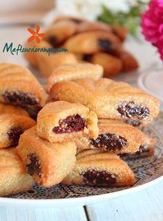 Parmi les gâteaux qu'on aime bien avoir sur la table du mois de ramadan, les makrouts. De délicieux gâteaux algériens à base de semoule farci aux dattes ou à la pâte d'amande. J'ai fait ici une garniture aux dattes mélangées à des graines de sésame que...
