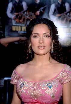 Actress Salma Hayek attends the premiere of the film 'Wild Wild West' June 28 1999 in Los Angeles CA Hayek acted in a number of films includin… - Alles über Damenmode Salma Hayek Style, Salma Hayek Body, Beautiful Celebrities, Beautiful Women, Divas, Salma Hayek Pictures, Indian Beauty Saree, Iconic Women, Up Girl