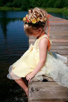 coiffure fille pour mariage: boucles en hauteur et couronne de fleurs