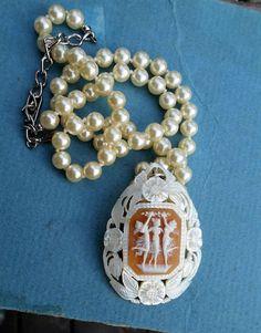 3 grâces Shell CAMEO sur mère Antique pendentif en nacre, à la fois à la main sculptée Georgeous, Faux collier de perles.  3 femmes danser et célébrer