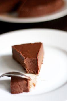 the-fondant-au-chocolat-sans-cuisson 200g de chocolat noir à pâtisserie 200ml de crème liquide entière (amande cuisine peut-être ? ou soja cuisine ?) 50g de beurre salé/margarine vegan 65g d'amandes en poudre 65g de spéculoos (ou autres biscuits) en poudre