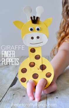This adorable giraffe finger puppet craft is such a hoot and is so fun for kids to play with! A perfect craft to make after visiting the zoo this summer. #artsandcraftsforkidswithpaper,