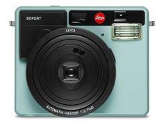 独ライカカメラAGは9月15日、カメラ新製品「ライカ ゾフォート」(Leica Sofort)を発表した。9月20日にドイツ・ケルンで開幕するフォトキナ2016で正式デビューし、11月の発売を予定している。日本での価格は税込3万4,560円。ボディカラーはホワイト、オレンジ、ミントの3色展開。