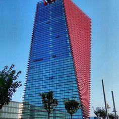 O Centro Net, em Pádua é uma grande estrutura arquitetônica visível através da majestosa torre de 80 metros. Mais detalhes em https://www.instagram.com/estudio.forma/