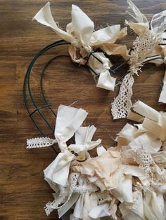 Check out this tutorial for a DIY Neutral Farmhouse Heart Rag Wreath! This beautiful farmhouse rag wreath is perfect for Valentine's Day or year round. Wreath Crafts, Tree Crafts, Diy Wreath, Tulle Wreath, Wreath Making, Valentine Wreath, Valentine Crafts, Printable Valentine, Homemade Valentines