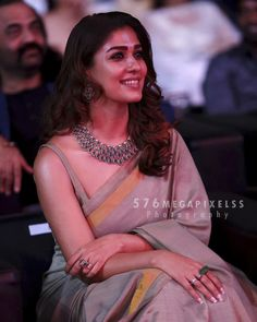 To wear a sleeveless blouse like that! The drape! Indian Beauty Saree, Indian Sarees, Silk Sarees, Indian Dresses, Indian Outfits, Saree Jewellery, Bridal Jewellery, Wedding Jewelry, Saree Look