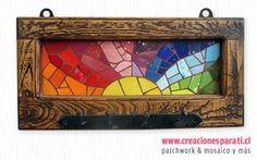 Portallaves en madera de Roble de demolición con trabajo en mosaico de colores